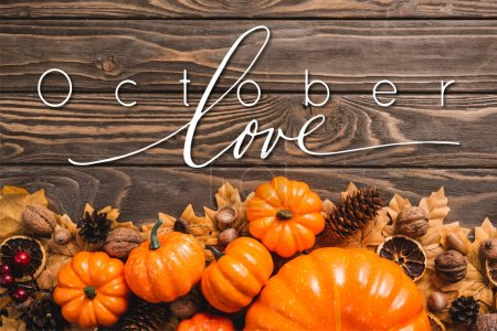 vue du dessus de la décoration automnale et des citrouilles près du lettrage d'amour d'octobre sur fond en bois