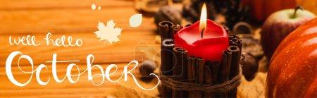 Photo pour Foyer sélectif de la bougie brûlante avec décoration automnale près bien bonjour october lettrage sur fond en bois, vue panoramique - image libre de droit