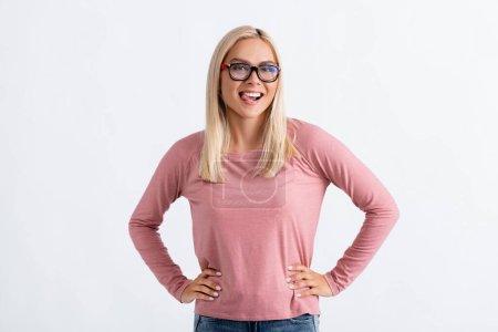 Photo pour Femme gaie dans les lunettes de vue collant la langue isolée sur gris - image libre de droit