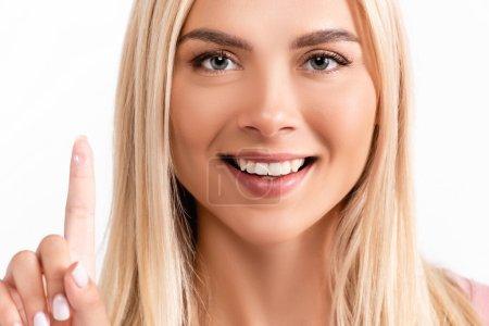 Photo pour Femme blonde souriant à la caméra tout en tenant la lentille de contact sur l'avant-plan flou isolé sur blanc - image libre de droit