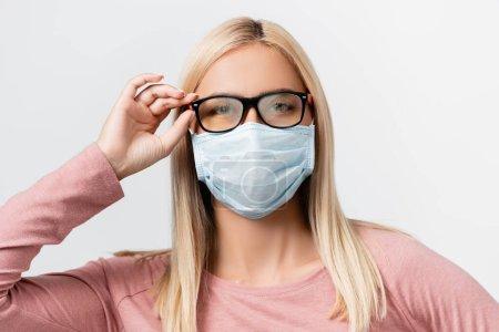 Photo pour Jeune femme en masque médical et lunettes brumeuses regardant la caméra isolée sur gris - image libre de droit