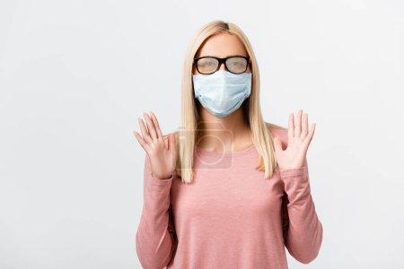 Photo pour Jeune femme aux lunettes brumeuses et masque médical isolé sur gris - image libre de droit
