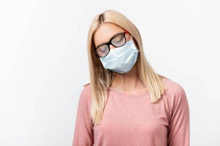 Photo pour Jeune femme en masque médical regardant des lunettes brumeuses isolées sur gris - image libre de droit