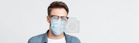 Photo pour Jeune homme aux lunettes brumeuses et masque médical isolé sur gris, bannière - image libre de droit