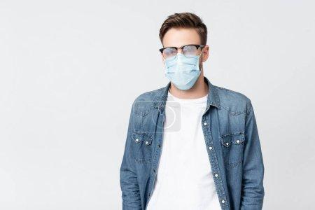 Photo pour Homme en masque médical et lunettes brumeuses isolé sur gris - image libre de droit