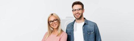 Photo pour Couple souriant en lunettes regardant la caméra isolée sur gris, bannière - image libre de droit