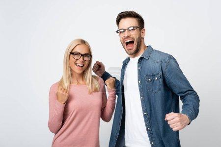 Photo pour Couple excité dans des lunettes montrant geste ouais isolé sur gris - image libre de droit