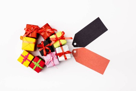 Photo pour Vue du dessus des cadeaux de jouets et des étiquettes de prix vides sur fond blanc - image libre de droit