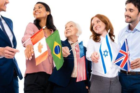 Banderas de países en manos de empresarios multiétnicos sobre fondo arrugado aislados sobre blanco