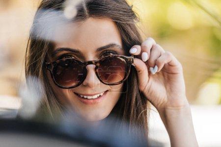 Photo pour Portrait de belle jeune femme en lunettes de soleil sur la rue - image libre de droit