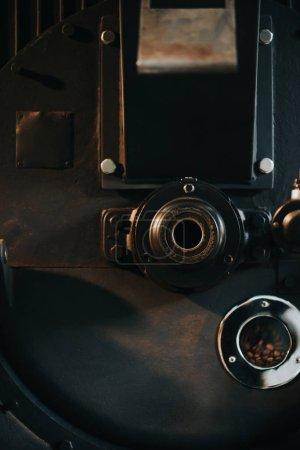 Photo pour Grains de café chauds dans le torréfacteur traditionnel - image libre de droit