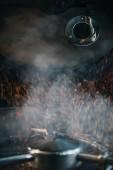 Cuire à la vapeur chaude des grains de café durant la torréfaction processus en machine professionnelle