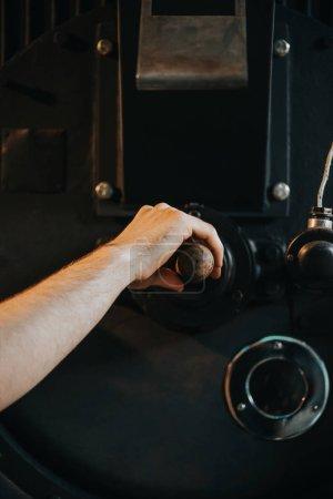 Photo pour Mâle Main poignée de machine pour la production de café professionnel de réglage - image libre de droit