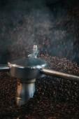 Cuire à la vapeur chaude café en grains rôtis en machine professionnelle