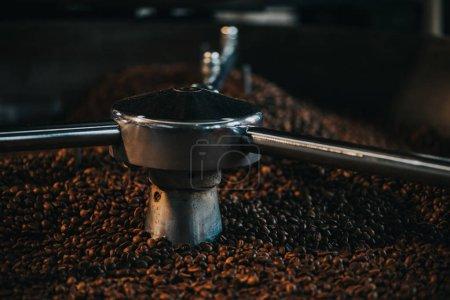 Photo pour Torréfacteur traditionnel refroidissement des grains de café torréfiés frais - image libre de droit