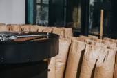 Torréfacteur industriel avec des sacs de papier grand format, rempli de grains de café