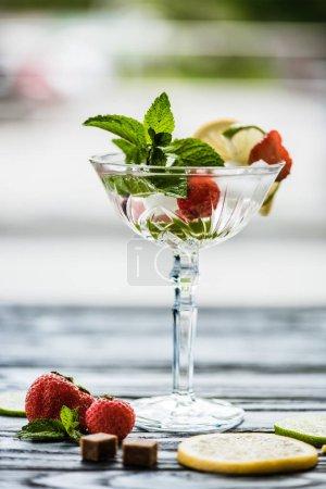 Photo pour Vue rapprochée du cocktail à la menthe dans le verre de margarita et de fruits frais d'été - image libre de droit