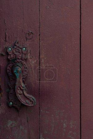 Photo pour Vue rapprochée de porte décoratif vintage gérer sur une porte en bois ancien - image libre de droit