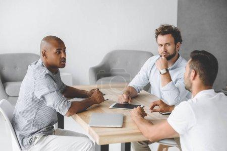 Photo pour Gens d'affaires multiethnique discuter l'idée d'entreprise à la réunion dans le Bureau - image libre de droit