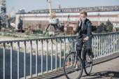 empresaria en máscara protectora bicicleta en puente y hablar por teléfono inteligente, el concepto de contaminación del aire