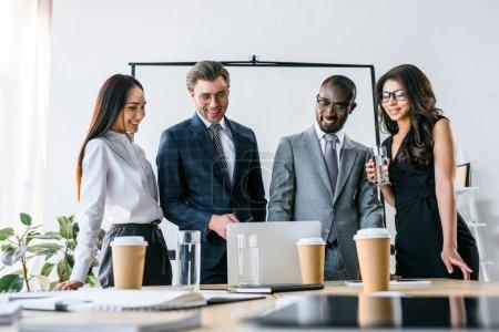 Photo pour Portrait multiculturel souriant des gens d'affaires ayant des réunions d'affaires au bureau - image libre de droit