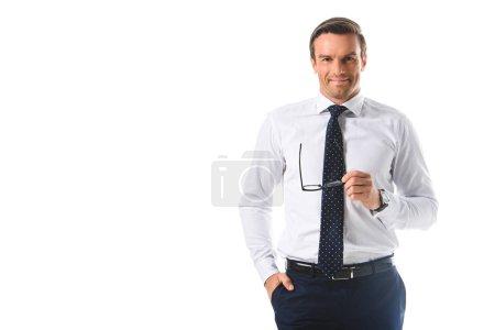 homme d'affaires souriant tenant des lunettes isolés sur fond blanc