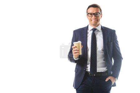 Photo pour Homme d'affaires souriant dans des lunettes tenant tasse de café en papier isolé sur fond blanc - image libre de droit