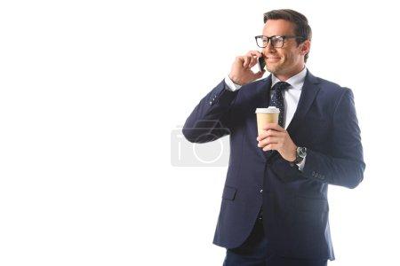 glücklicher Geschäftsmann mit Brille, der auf dem Smartphone spricht und eine Papptasse Kaffee auf weißem Hintergrund hält