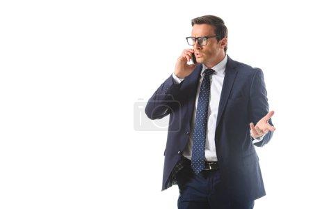 homme d'affaires émotionnelle gesticulant à la main et parler au téléphone intelligent isolé sur fond blanc