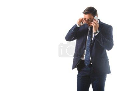 Müde, emotionale Händchen haltend mit Brille auf der Stirn und Gespräche auf Smartphone isoliert auf weißem Hintergrund