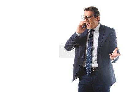 Photo pour En colère, homme d'affaires qui criait en lunettes de vue parler sur smartphone isolé sur fond blanc - image libre de droit