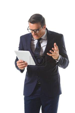 homme d'affaires en colère homme d'affaires de lunettes gestuelle à la main et à la recherche à l'écran de la tablette numérique isolé sur fond blanc