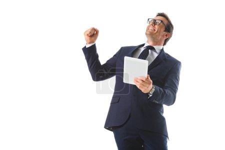 Photo pour Homme d'affaires excité dans les lunettes geste à la main et tenant tablette numérique isolé sur fond blanc - image libre de droit