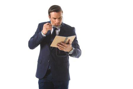 homme d'affaires ciblée mettant sur lunettes et regardant manuel isolé sur fond blanc