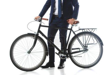 Photo pour Image recadrée d'homme d'affaires debout avec vélo isolé sur fond blanc - image libre de droit