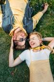"""Постер, картина, фотообои """"вид сверху молодых счастливая пара, отдыхая на зеленой траве в парке"""""""