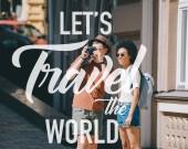 """Постер, картина, фотообои """"мужчины путешественник принимая фотография на камеру и афро-американских подруга, стоя возле. Вдохновение - позволяет поездки мире"""""""