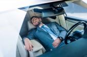 """Постер, картина, фотообои """"устал бизнесмен в очки, спать в машине"""""""