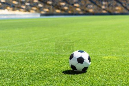 Photo pour Ballon de soccer, couché sur l'herbe verte du stade - image libre de droit