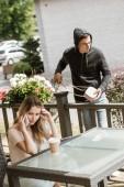 cambriolage, vol de sac de table sur la terrasse du restaurant tandis que femme parler sur smartphone
