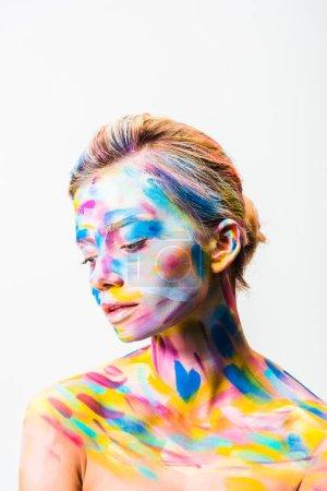 schöne Frau mit bunten hellen Körperkunst Blick nach unten isoliert auf weiß