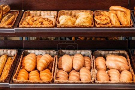 Fraîchement sorti du four pain divers dans le département de l'épicerie et pâtisserie