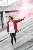 """Постер, картина, фотообои """"стильных молодых азиатских женщина, держащая красный дым бомба в городе улица"""""""