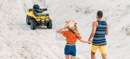 Photo pour Vue arrière du jeune couple va VTT par route sablonneuse - image libre de droit