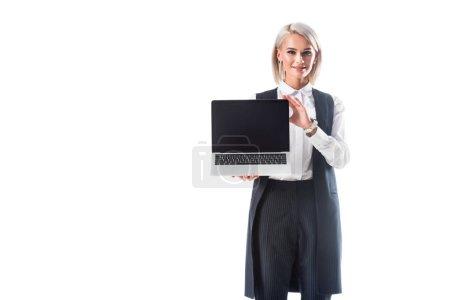 Photo pour Portrait de femme d'affaires souriant en vêtements indiquant un ordinateur portable avec écran blanc isolé sur blanc - image libre de droit