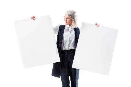 Photo pour Jeune femme tenant des bannières vides isolés sur blanc - image libre de droit