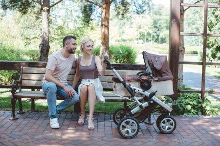 père et mère, assis sur un banc près de Landau dans le parc