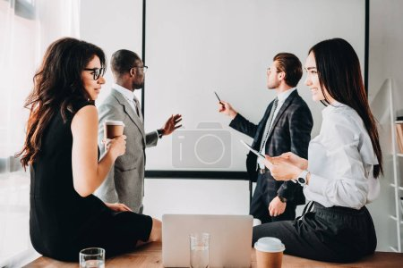 Photo pour Des gens d'affaires multiculturels ayant une réunion d'affaires au bureau - image libre de droit