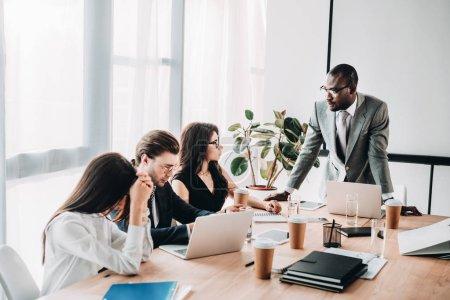 gente de negocios multicultural teniendo reuniones en la oficina