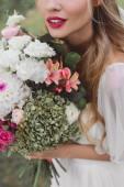 """Постер, картина, фотообои """"крупным планом вид нежная блондинка невеста, холдинг красивый букет цветов"""""""
